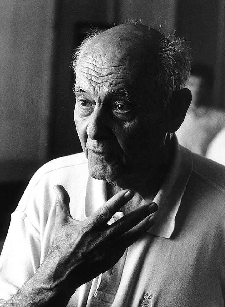 """Solti György, avagy Sir Georg Solti karmester és zongoraművész utolsó portréja. A művészt 1972-ben, a zenekultúra területén végzett kivételes munkájáért II. Erzsébet királynő lovaggá ütötte. Amikor a felvétel készült, épp Szabó István forgatott vele utolsó budapesti látogatása során. Utána visszament Londonba, és néhány nappal később váratlanul meghalt egy franciaországi üdülővárosban, Antibes-ben. Kérésére magyar földben, Bartók Béla sírja mellett temették el a Farkasréti temetőben. Síremlékére azt vésték: """"Hazatért""""."""