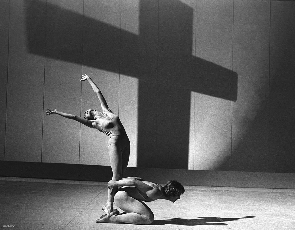 """""""Ez pedig maga a tánc!"""" A képen Dózsa Imre, a Magyar Állami Operaház szólótáncosa, később a Svéd Királyi Balett igazgatója, és a Táncművészeti Főiskola főigazgatója látható. """"Dózsa kurvajó táncos volt."""""""