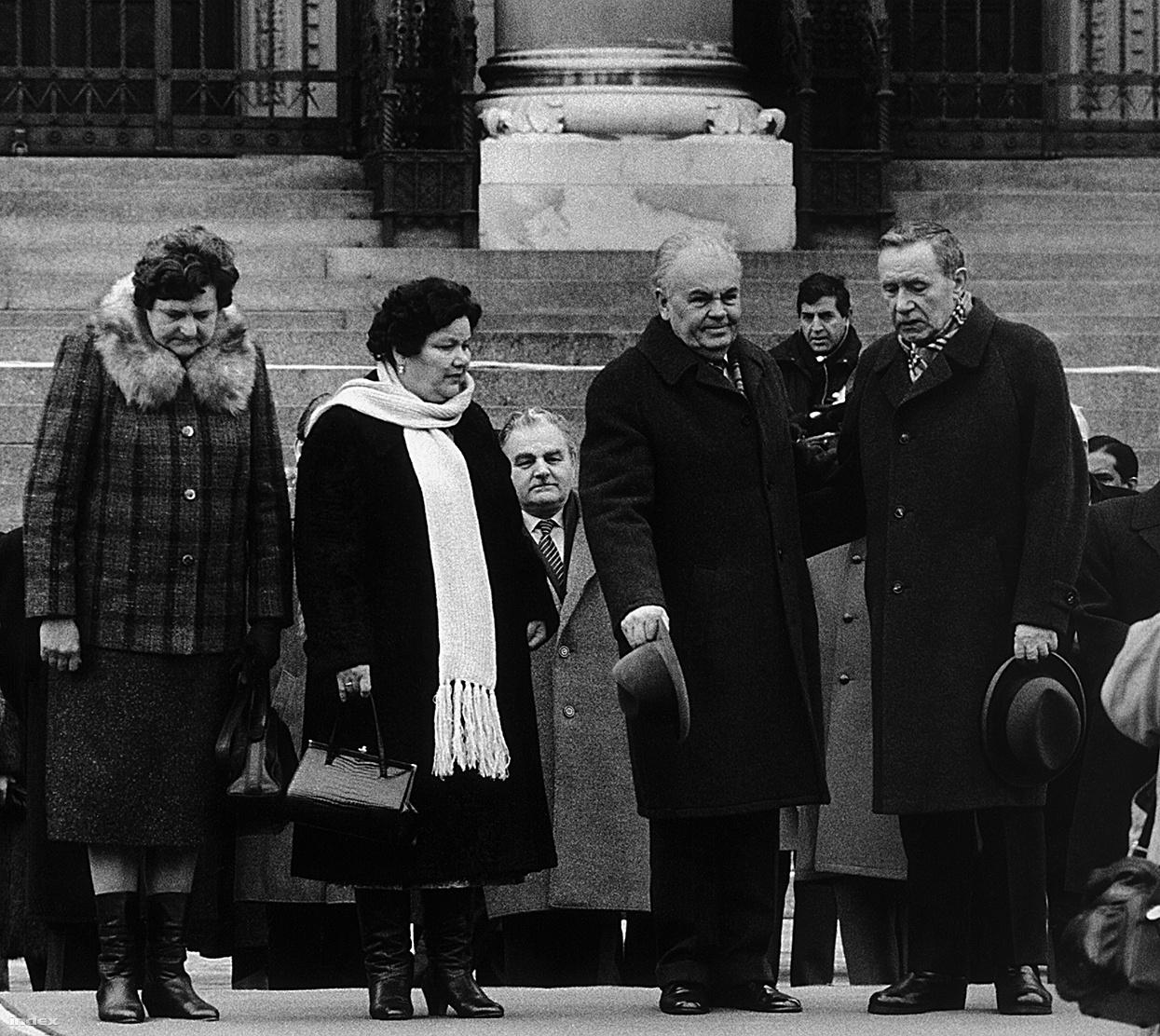A Szovjetúnió elnöki tanácsának elnökét fogadja Magyar Népköztársaság Elnöki Tanácsának elnöke, Németh Károly, miközben feleségeikkel a díszzászlóalj tisztelgését fogadják a Parlament előtt. A két first lady látványa úgy megfogta a fotóriportert, hogy muszáj volt megörökítenie őket.