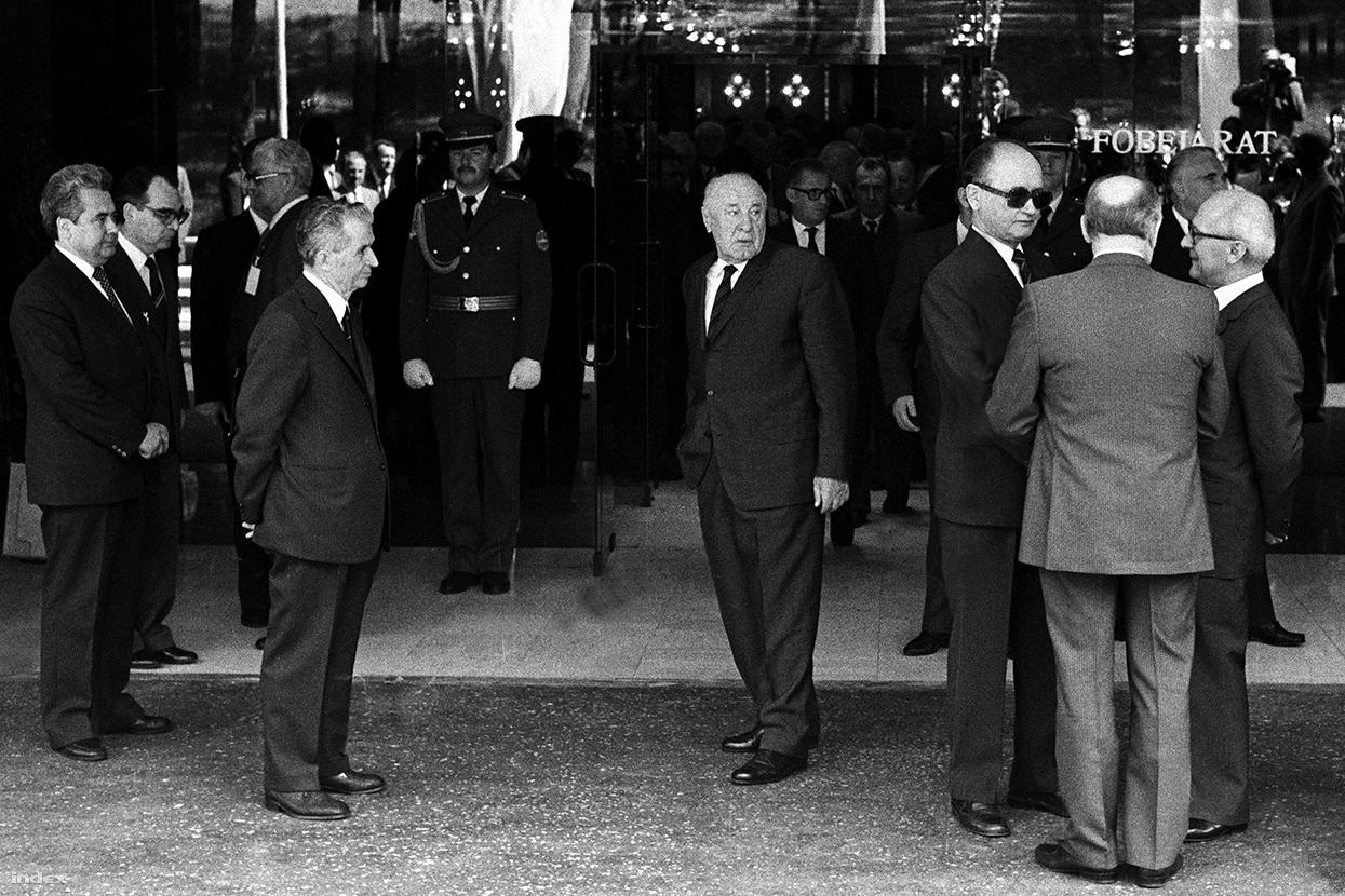 """""""Na, ezek itt szépen összejöttek: Ceauşescu, Kádár, Honecker, Gorbacsov és Jaruzelski a Varsói Szerződés Politikai Tanácskozó testületének budapesti ülésén, 1986-ban. A Béla király úti kormányrezidenciánál vártuk, hogy kijöjjenek a szokásos, bambán vigyorgós családi kép erejéig. Aztán egyetlen pillanat erejéig megtörtént az, ami a képen is jól látszik. Jobb oldalt Honeckerék gyülekeznek, Ceauşescu teljesen külön áll, nem vesz részt ebben a buliban, Kádár pedig tétován áll a kép közepén. Ez egyúttal azt is megjósolta, ami aztán később történt. Akkoriban meg is kérdezték tőlem: te a jövőbe látsz?!"""""""