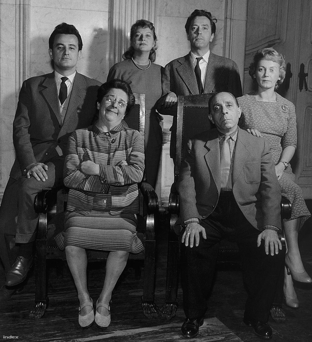 A Szabó család, a csaknem fél évszázadon futó népszerű rádiójáték legelső felállása Gobbi Hildával, Szabó Ernővel, Garics Jánossal, Balogh Erzsivel, Benkő Gyulával és Vörösmarthi Lilivel. A sorozat 2500. és egyben befejező adását, 2007. májusában adta le a Kossuth Rádió. A fotós felkérte a szereplőket, hogy egy családi portré erejéig álljanak össze, ők pedig a felvétel pillanatában is pontosan leképezték azokat a vizuális jegyeket, amelyek karaktereiket jellemezték.