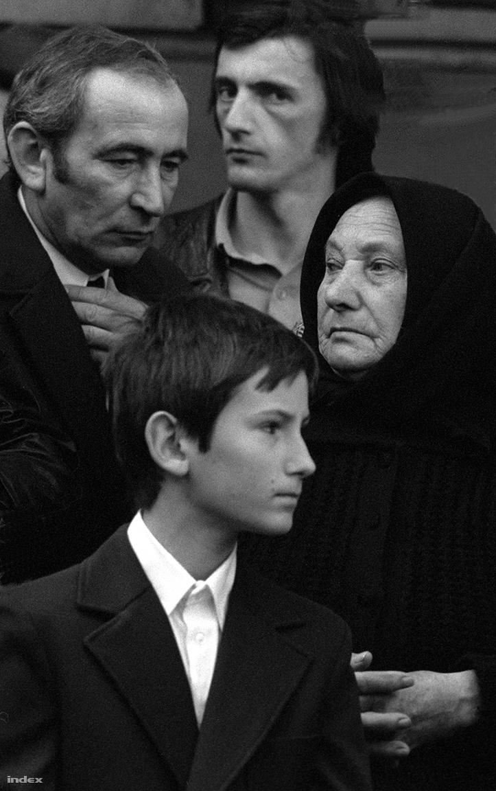 """Nemzedékek. """"Világosan látszik, hogy abban az időben három különböző generáció miként élt, viselkedett, és hogy nézett ki."""" A szülők szigora és a kigombolt inges fiatalember erős szembenállását talán csak a kisfiú ellensúlyozza némileg, akin a két másik nemzedék jegyei is tettenérhetőek."""