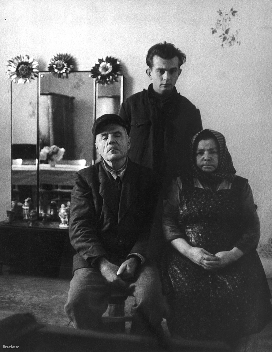 """Az állítólagos első vidéki lottónyertesek egyike, vagyis Rusznyák György és családja Örkényből. A családfő és két szintén Budapesten, a Csatornaépítő Vállalatnál dolgozó munkatársa 1 468 767 forintot nyert 1963 összesen (a körúton látott számokat játszották meg: házak, buszok és villamosok számát), amelyből végül négyszázezer jutott Rusznyákéknak. A korábban albérletben élő Rusznyákék a hatalmas nyereményből házat vettek, a fiú, Gyuri pedig egy Pannóniát is vásárolt, ám mivel jogosítvány nélkül vezetett, rendszeresen megbírságolták. A rengeteg pénzből azonban erre is futotta. """"Az asszony sokat bagózott, a férje ivott. Hamar meghaltak. A Gyuri gyerek soha nem dolgozott. Néha közveszélyes munkakerülés miatt előállították a rendőrök. Hamar elitta, elverte a nyereményt. Nemsokára meghalt"""" – mesélt utólag az egyik örkényi lakos Pungor Andrásnak, a 168 Óra újságírójának, aki nemrég remek riportban tárta fel a család történetét.                         http://www.168ora.hu/itthon/orkeny-lottonyertesek-schurmann-gyula-rusznyak-gyorgy-kovacs"""