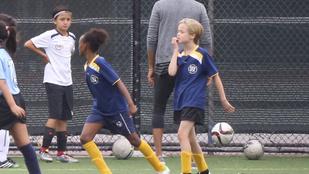 Angelina Jolie lányai egy focipályán cukiskodtak
