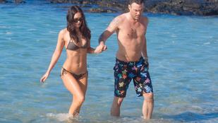 Megan Fox nyakig felöltözve is jó csaj