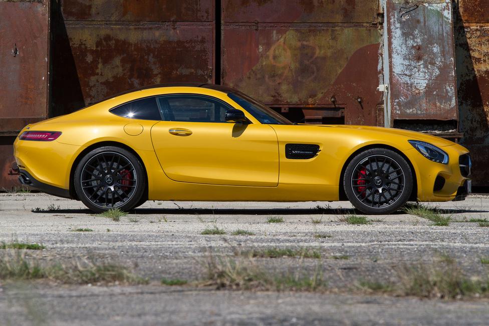 Maga az irgalmatlanul hosszú orr (és ezen már rövidítettek az SLS AMG-hez képest) több helyet vesz el az alaprajzból, mint az utastér. Kombinálva a hosszú (2630 mm) tengelytávval mintapéldája a long hood-short deck-formának. A 911-es Porsche tengelytávja kerek 20 centivel kevesebb, de egy merőben eltérő iskolát képvisel. Az AMG GTS ellenfelei a Ferrari és a Maserati háza tájáról kerülnének ki, ám azok jóval drágábbak, a Corvette vagy a Viper pedig tucattermék hozzá képest, bár könnyen lehet, hogy a Mercedes is pontosan a nagy számokat célozza meg ezzel az árral. Az alapkivitel ára valahol 36-38 millió forint körüli, tesztautónkért 58 680 350-et kellett volna leszurkolni minden extrájával egyetemben. Szerencsére ezek tartalmazzák a vezetéstechnikai tréninget is.