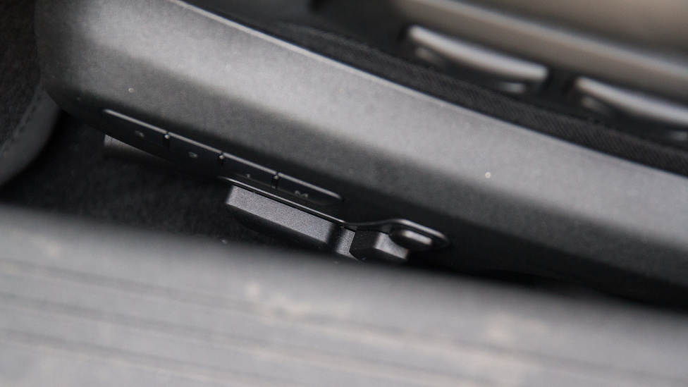 A mélyre eresztett ülések és a masszív küszöbök kombinációja azt eredményezi, hogy az ülésállító gombokhoz egyedül E.T. fér hozzá kényelmesen.