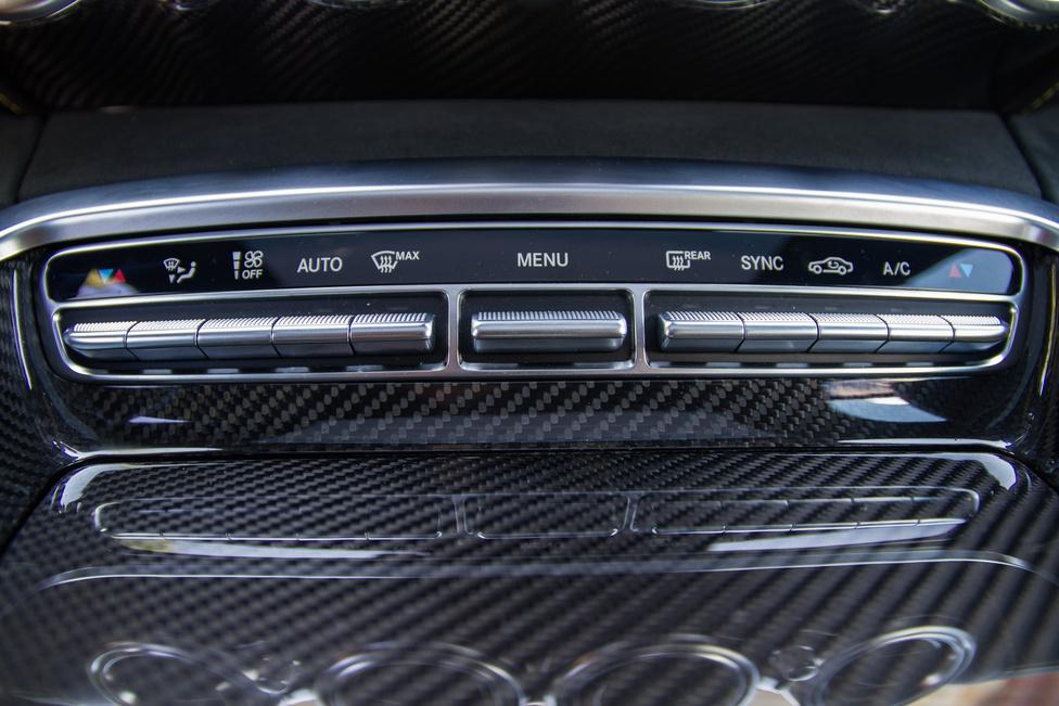 Elegáns megoldás a Mercedes-féle kapcsolósor, kicsit a hatvanas évek nagy, dobozos rádióinak hasonló gombsorára emlékeztet