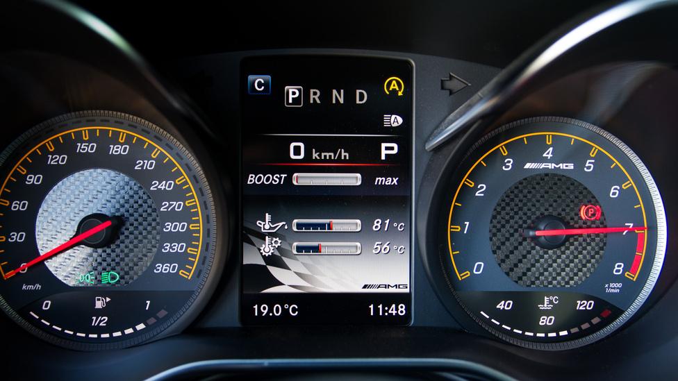 A V8-as remek hangját valahol 5500-as fordulatszámnál éri el a hirtelen turbó-halál, de addig gyönyörűen hörög. Leszabályzás 7200-nál és 200-as tempónál még éppen csak levegőt vesz a GTS. Egy-egy csücskösebb menet után a motorolaj hőmérséklete 120 fok fölé is felkúszhat, a váltóolajé 100 fok körüli lehet.