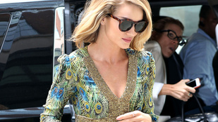 Rosie Huntington-Whiteley pompás lábai New Yorkban járnak