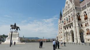 Pusztulnak a turisták a hőségtől a Kossuth téren, még a szobrok is izzadnak