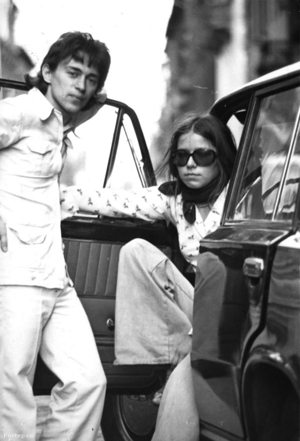 Sosem volt gazdag, de Hollandiában fillérekért vett nyugati autókat, amiket aztán itthon feszített. A képen kivételesen nem egy ismeretlen nővel, hanem egy régi barátjával látható.