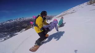 A tandemben snowboardozó kislánynál nincs menőbb