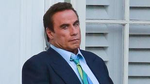 John Travolta lenyelte Arnold Schwarzeneggert