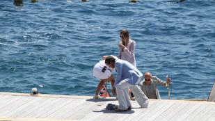 A magassarkút viselő Banderast majdnem berántották a vízbe