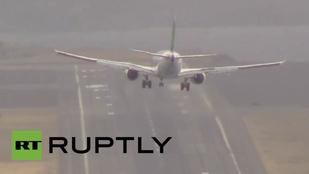 Hajmeresztő leszállás Európa legveszélyesebb repülőterén