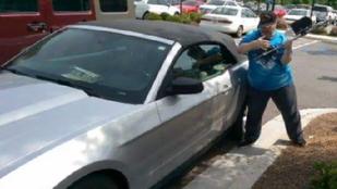 Bezúzott egy szélvédőt, hogy megmentse egy kutya életét