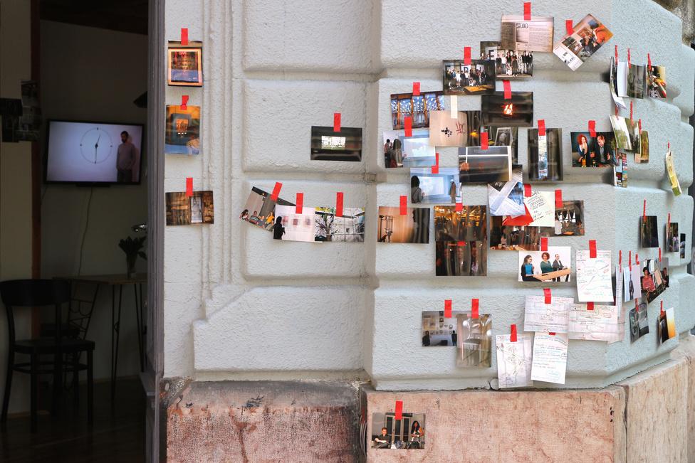 Az elmúlt hetekben több helyen lehetett a városban elszórva ehhez hasonló fénykép-montázsokkal találkozni. A magyar származású Matthias Megyeri - akinek többek között a New York-i MoMA gyűjteményében is vannak művei - OFF-ra kitalált The Isochronic Archive Budapest címet viselő gerilla-installációja egy néhány évvel ezelőtti budapesti projektjét idézi. Akkor a Józsefvárosi Galéria falát borította a városban lőtt fotókkal, és tette meg a homlokzatot galériává, most a rendezvény résztvevőitől begyűjtött képekkel szórta tele a várost. Ezek a képek a biennále infopontjaként működő OFFice mellett találhatóak, de kérdéses, hogy mennyi lesz ott a rendezvénysorozat végére, mert az installáció része, hogy a látogatók vagy a járókelők visznek haza belőlük.Helyszín: 1051 Budapest, Henszlmann Imre utca 9.Nyitva tartás: május 31-ig.