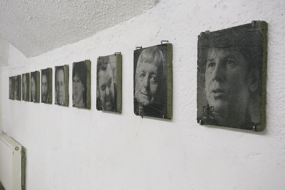 Mentés Másként - A Lengyel Intézet bunkerszerű Latarka nevű kiállítóterében látható Huszti János és Szalay Péter Mentés másként című tárlata, ami a Műértő magazin által megválasztott 50 legbefolyásosabb ember portréját mutatja be - betonba öntve. Művészek, kurátorok, kritikusok, galeristák, múzeumigazgatók, gyűjtők, kultúrpolitikusok, mind megőrizve őket az örökkévalóságnak egy olyan területről, ami már az utóbbi pár évben is hatalmas változásokon ment át.Helyszín: Latarka Galéria 1061 Budapest, Andrássy út 32.Nyitva tartás: június 4-ig K-P: 11.00 – 17.00