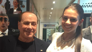 Sarka Kata Berlusconival pózol