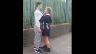 14 éves szőke kislány fenyegetett és ütött ököllel egy nála nagyobb fiút