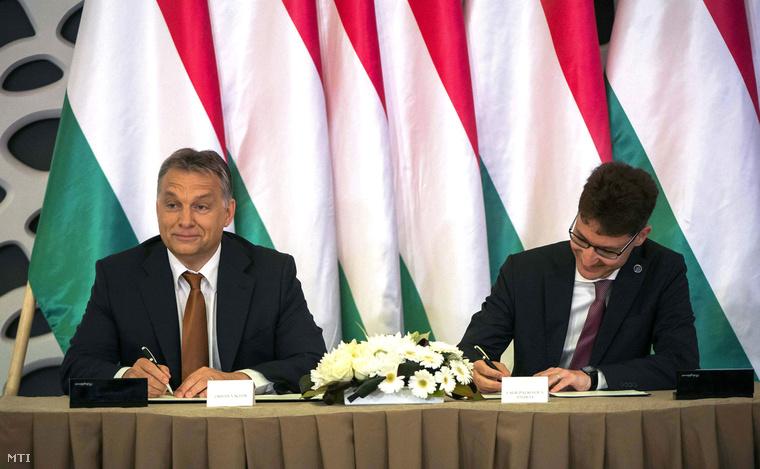 Orbán Viktor és Cser-Palkovics András polgármester együttműködési megállapodást ír alá a Modern városok program keretében Székesfehérváron.