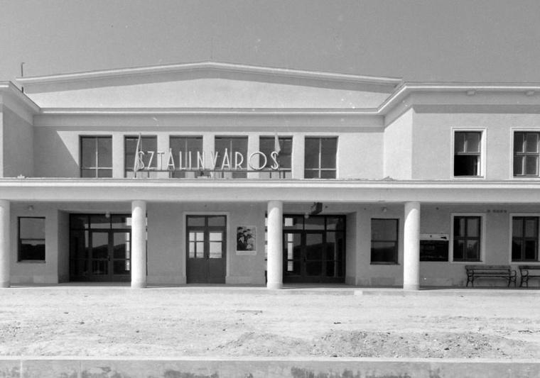 A sztálinvárosi vasútállomás bejárata 1954-ben.