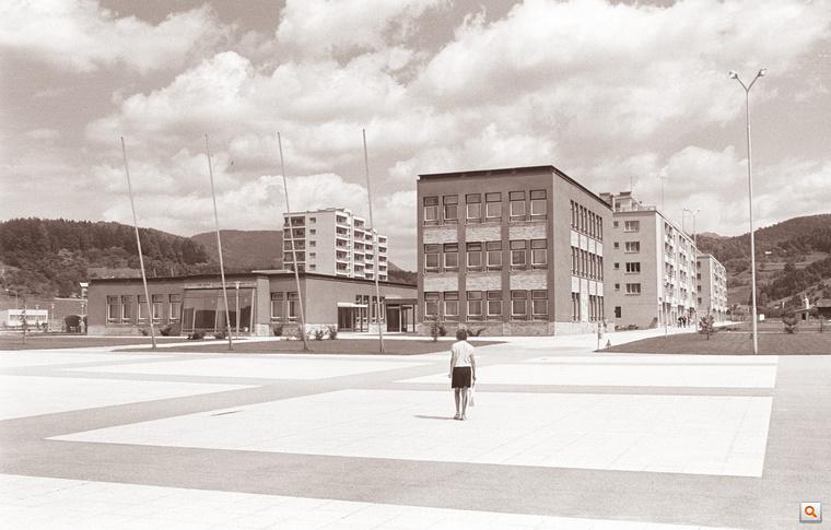 A modern Velenje egy korabeli, jugoszláv képeslap steril ridegségével tálalva.