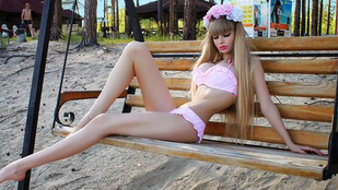 Újabb lány törekszik az élő Barbie címre