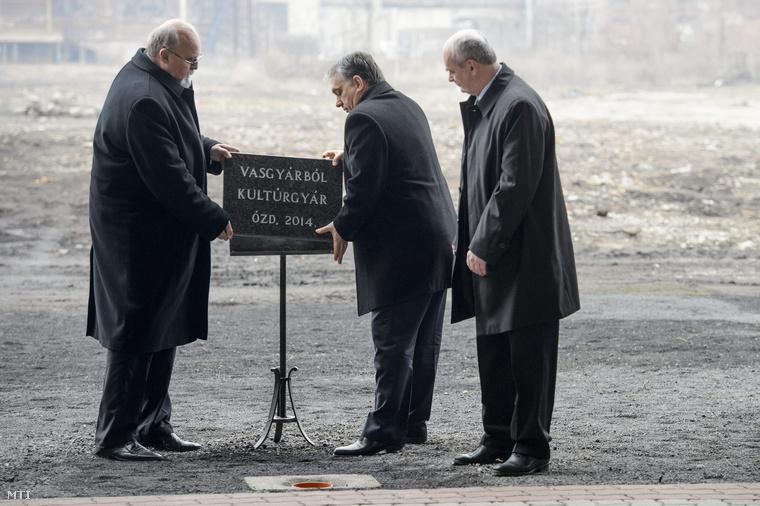 Orbán Viktor, Riz Gábor (b) és Fürjes Pál a település polgármestere (j) a Nemzeti Kulturális Dokumentációs Logisztikai Központ alapkövének lerakásán az Ózdi Ipari Parkban az egykori kohászati üzemben 2014. február 27-én.