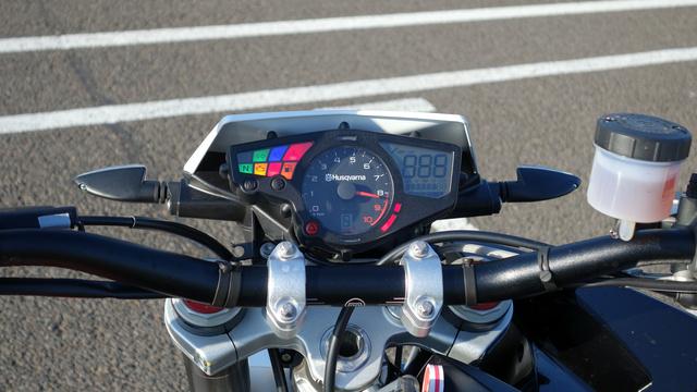 A sebességfokozat kijelző lehetne nagyobb, különben úgy jó ahogy van