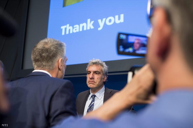 Walter De Gregorio, a Nemzetközi Labdarúgó-szövetség, FIFA kommunikációs és közönségkapcsolati igazgatója sajtóértekezletet tart a FIFA zürichi székházában 2015. május 27-én.