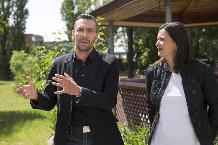 Finta Sándor, Budapest főépítésze beszél, mellette Szomolányi Katalin, a Magyar Telekom fenntarthatósági központjának vezetője.
