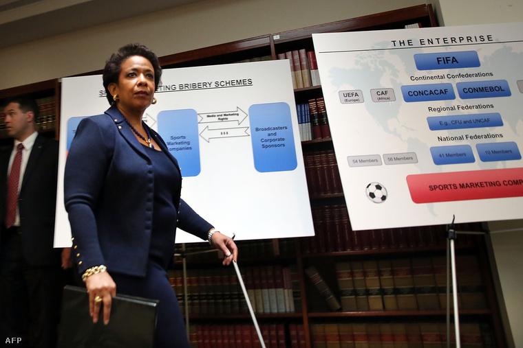 Loretta Lynch amerikai főügyész a FIFA szervezett bűnözését bemutató diagrammal