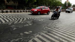 Így olvasztotta meg a hőség az indiai aszfaltot