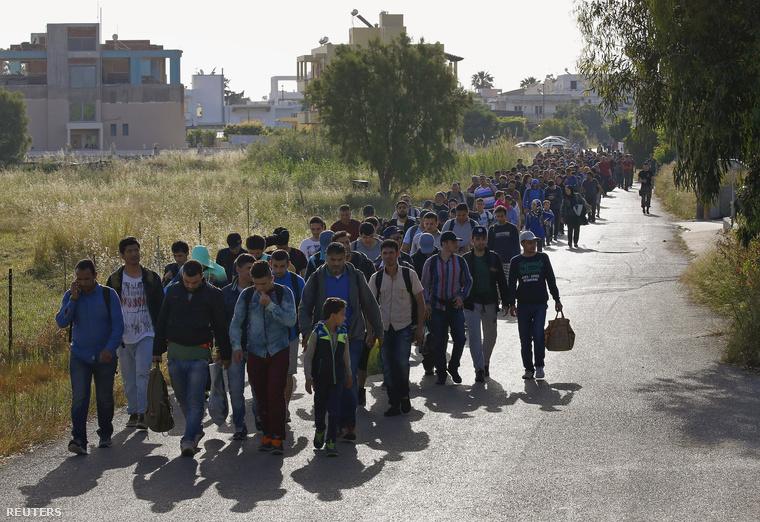 Menekültek sokasága menetel annak reményében, hogy Görögországban ideiglenes menedékre talál.