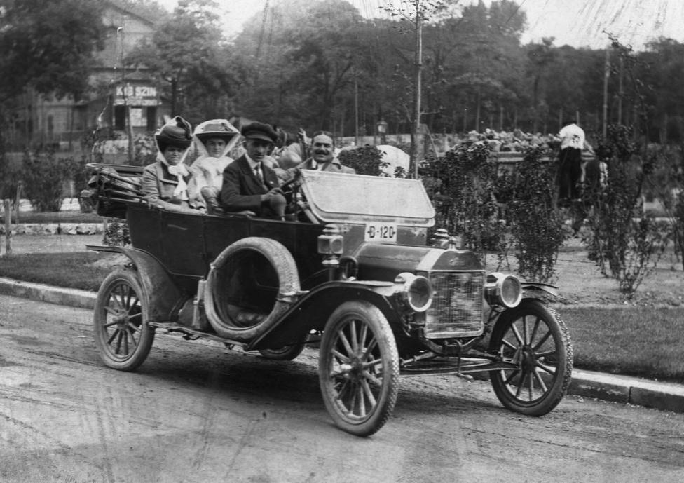A részben magyar tervezésű Ford Model T, amely a világot motorizálta itt éppen egy 1910-1922                         között használt magyar rendszámmal látható