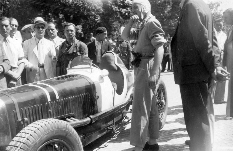 """Festetics Ernő gróf áll Maserati 8CM típusú versenyautója mellett vélhetően a romániai feleki                         hegyiversenyen 1938-ban. Ezért nagyszerű a Fortepan: az autó jelenlegi svájci tulajdonosa megbízásából                          másfél évet töltöttem az autó hazai történetének feltárásával. Az autó ugyanis 1937-2007 között                          Magyarországon """"időzött"""". Történetéről külön cikkek, sőt egy könyv is szól. Utóbbi címe: """"The Maserati 3015                          – Complete History"""""""