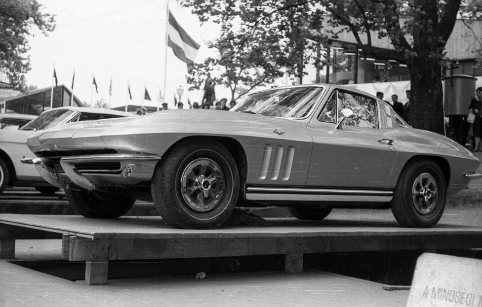 A General Motors a maga módján bontotta a vasfüggönyt. Az 1968-as Budapesti Nemzetközi                         Vásáron bemutatták a cégcsoport teljes gyártmánypalettáját. Szerepelt Pontiac Firebird és Chevrolet                          Corvette is. Mindez akkor, amikor Magyarországon a Trabant 601-ra éveket kellett várni