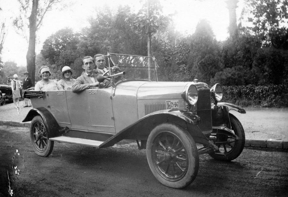 Mindig öröm, ha egy ritka autóról kerül elő jó minőségű kép. A Chiribiri nevű olasz vállalkozás 1914-                         1929 között épített túra- és versenyautókat. Az autót szokás szerint a rendszáma alapján sikerült                          azonosítani: különböző könyvtárakból sikerült összebogarászni rendszám szerinti tulajdonosi listákat 1930-                         ból, 1934-ből és 1937-ből. Az 1930-as listában összesen öt darab Chiribiri szerepelt.