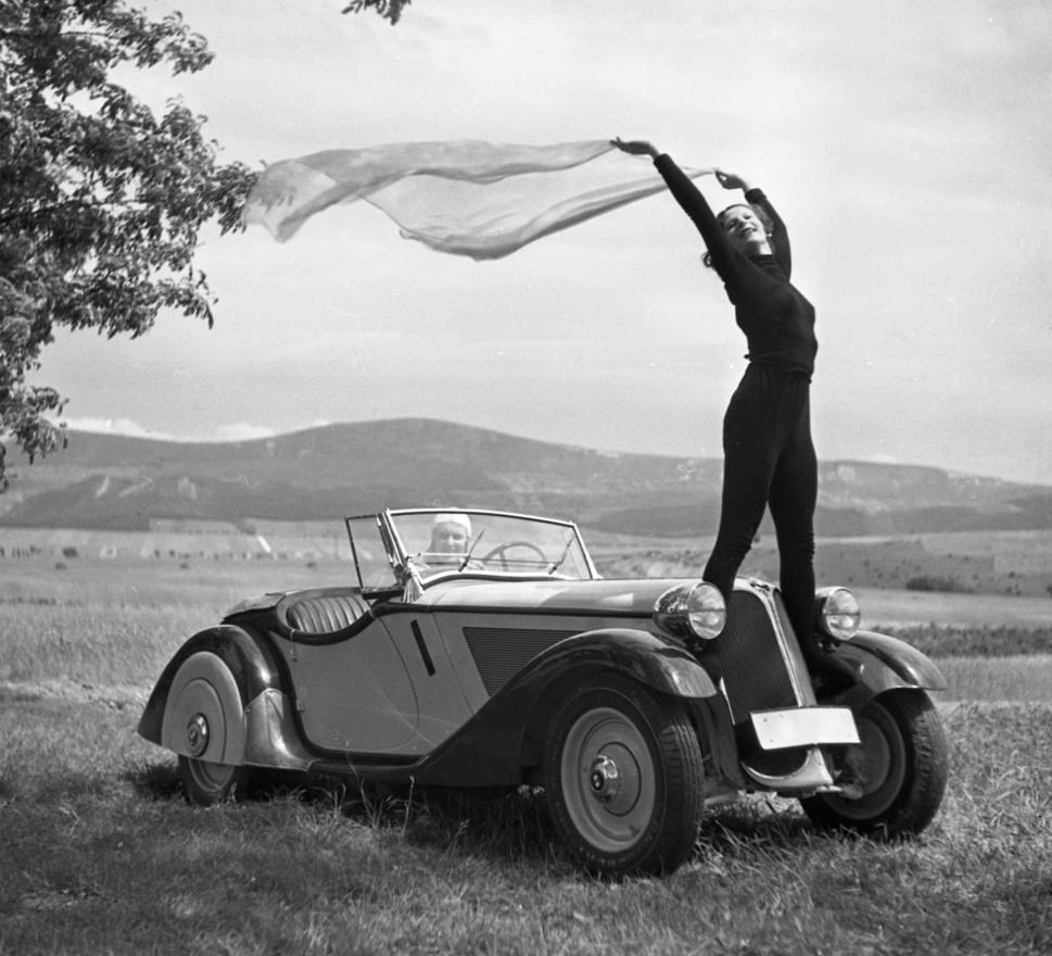 """Urbán Tamás fotóművész gyűjteményéből származik az a fotósorozat, amely a harmincas években                         készült, s olyan, mintha a BMW 319 reklámja lenne """"vidám görlökkel""""."""