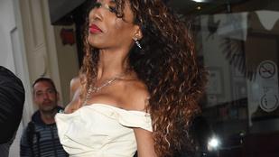 Az 51 éves énekesnő bugyiig vágott ruhában ment az utcára