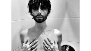 A nap képe: Conchita Wurst a zuhanyzóban