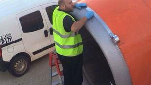 Egy utas frászt kapott, mert azt hitte, sima ragasztószalaggal javítják a hajtóművet