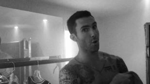 Csodálja meg Adam Levine tök csupasz seggét!