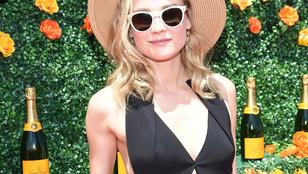 Diane Kruger elfelejtett blúzt venni a mellénye alá