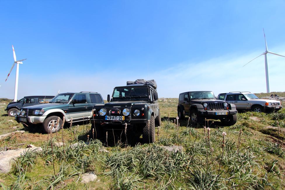 A pályák mellett rengeteg terepjárót láthattunk, hiszen ezekkel a járművekkel lehetett a legközelebb férkőzni a kijelölt szakaszokhoz.
