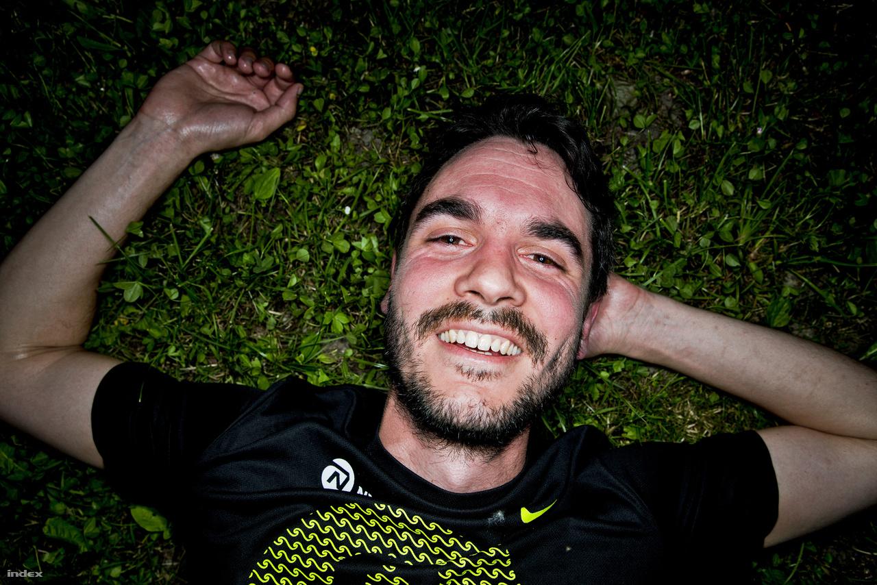 Balázs: 17,9 kilométerBalázs indokolatlan mosolya és elködösült tekintete arról árulkodik, hogy az anandamid nevű hormon megemelkedett szintje stimulálja az endokannabinoid-rendszerét, magyarul úgy beállt a futástól, mint a szög.