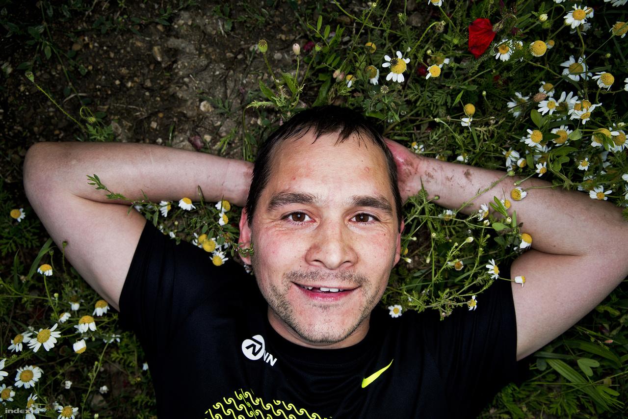 Gergő: 20,8 kilométerMikola István volt egészségügyi miniszter emlékezetes szövege volt a Fidesz 2006-os kampányában,  hogy a mosoly endorfint szabadít fel. Ez a futásra is éppúgy igaz, de az az endorfin mellett még  olyan anyagokat is felszabadít, amik tényleg adnak okot a mosolygásra. Na jó, kampányt nyerni  ezzel sem lehet, de a szerotonin-felvétel blokkolásának tényleg van egy csomó kellemes  mellékhatása - kérdezzék csak meg az ecstasyfogyasztókat.