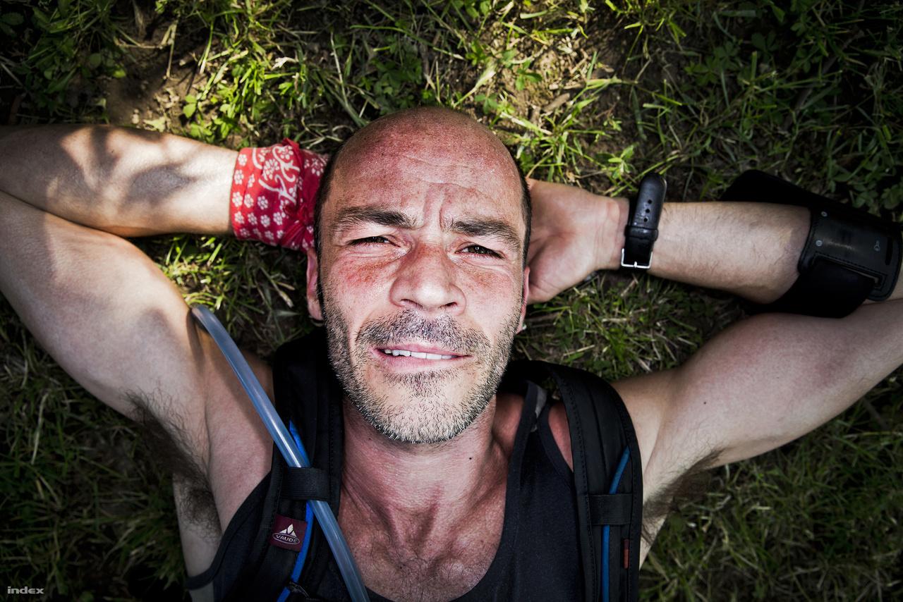 András: 24,4 kilométerAndrás rutinos hegymászó, az Ultrabalatonnál kevésbé vízszintes terepeken is az átlagosnál  gyorsabban halad. A metiléndioxi-metamfetamin, ismertebb nevén az ecstasy fogyasztóinál is  gyakran fellépő jelenség, a száj harapdálása a szerotonin-túltermelés tünete is lehet; az ecstasy is éppúgy a szerotoninfelvételt gátolja, mint az endorfin. A kép alapján emésztési problémákra is gyanakodhatnánk, legalábbis az András csuklójára tekert vörös kendő és a mellkasán látható katétercső azt sejtetik, hogy útközben beugrott egy detoxikálóba, és megette az ott vegetáló Axl Rose-t.